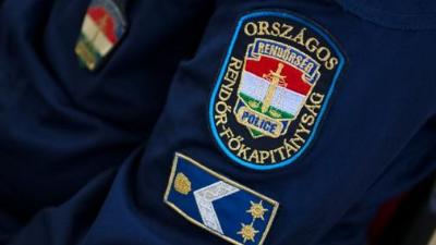 Jövőre talán nem sarcolják meg a rendőrök ruhapénzét…