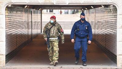 Masírozás az alaptörvénnyel szemben: rendőrt faragtak a katonákból